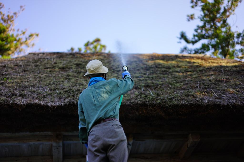 能舞台茅葺屋根へ放水
