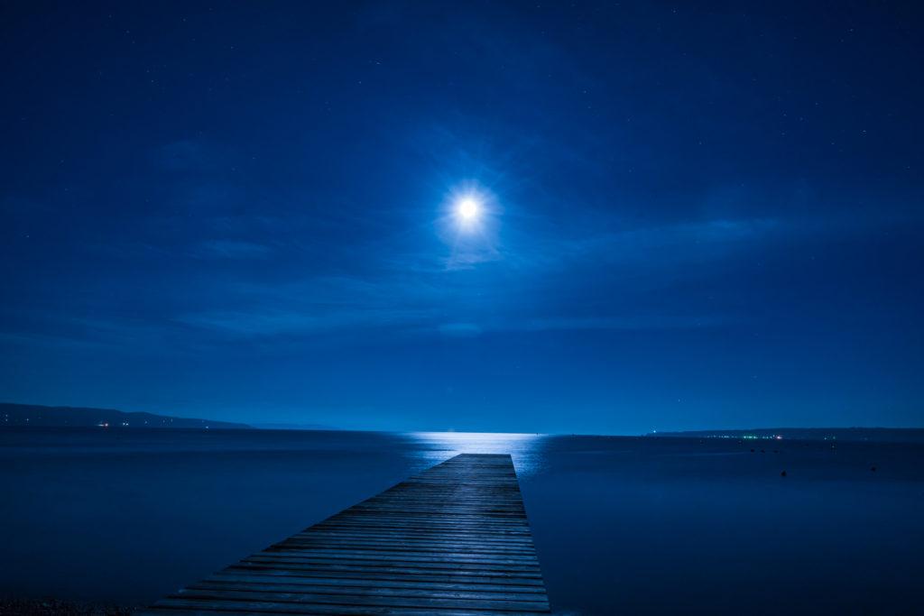 桟橋と月明かり