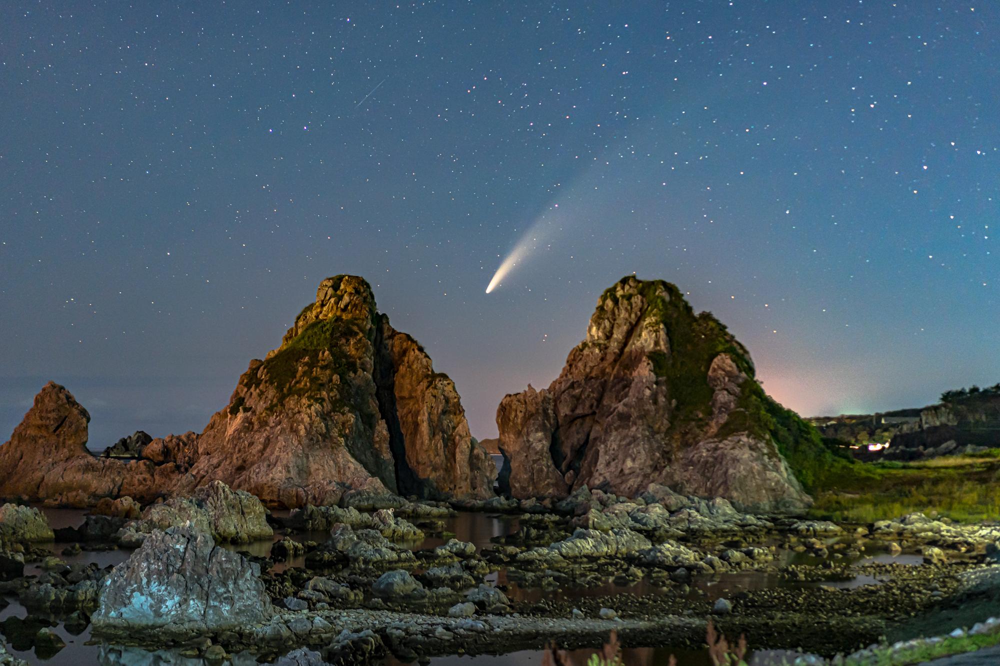 ネオワイズ彗星と夫婦岩